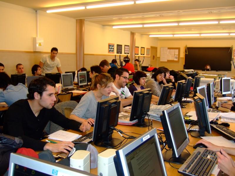Alumnes treballant. Aula d'informàtica.